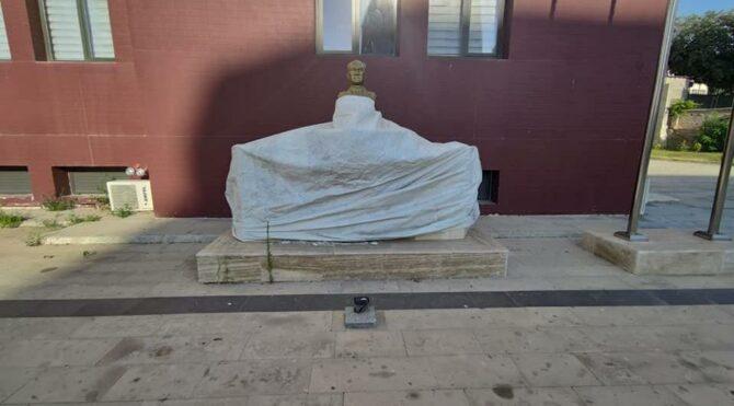 Atatürk büstünün muşamba ile kapatılması tepkilere neden oldu